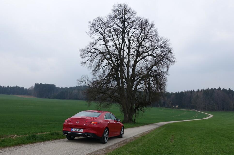 <strong>VI KALLER DET COUPÉ:</strong> Nye CLA er sportslig fremoverlent og har den spesielle hekkdesignen som karakteriserer alle modellene Mercedes plasserer i kupé-kategorien. Testbilen på bildet er GLA 250 4Matic i AMG-Line-utførelse. Foto: Knut Moberg