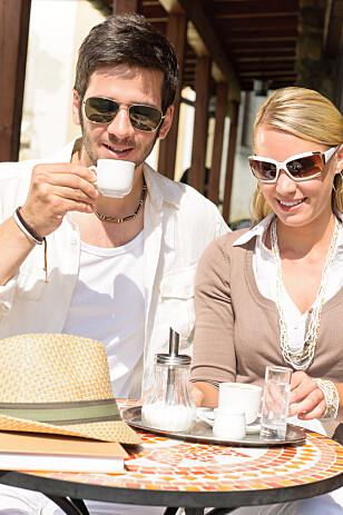 HVILKE BRILLER PASSER TIL HVA? - På kafé sitter brillene godt på, selv under de heftigste kaffeslurkene, sier brilleekspertene - og understreker at briller som skal brukes til aktivitet stiller andre krav. Foto: Shutterstock/NTB scanpix