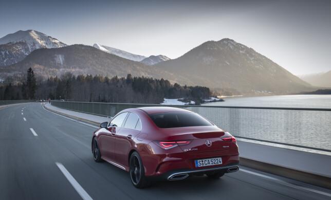 RETNINGSSIKKER: Via rattet forteller du bilen hvor den skal, og dit kjører den. CLA kjennes stabil og trygg også i høye, «tyske» hastigheter. Foto: Daimler AG