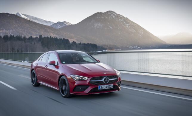 STABIL: CLA er stabil og retningssikker på veien. Lydnivået er lavt. Foto: Daimler AG