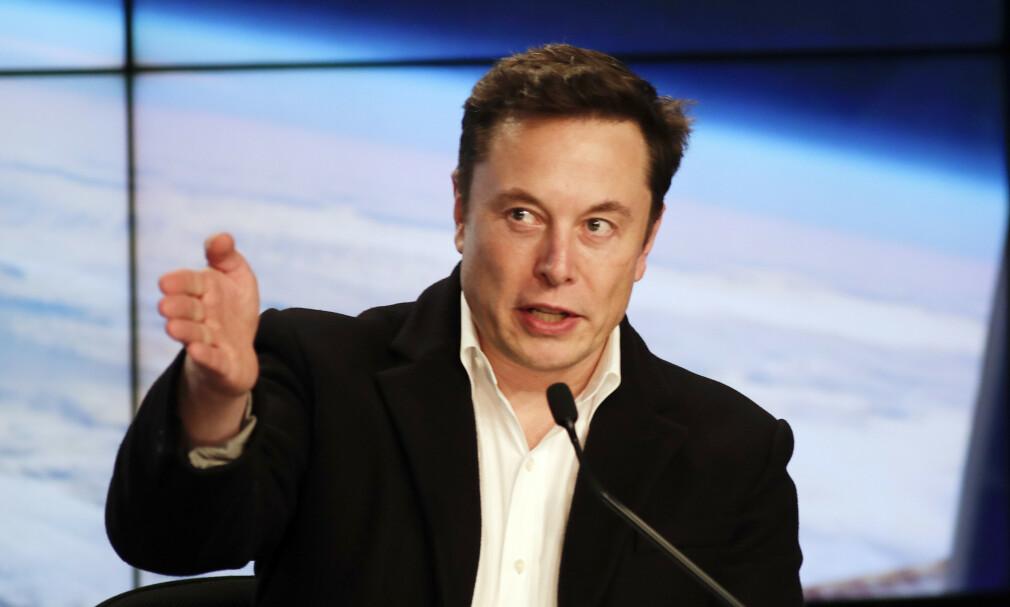 FØRERLØSE BILER: Tesla-topp Elon Musk la frem ambisiøse planer under et arrangement natt til i dag. Bildet er fra et arrangement i mars. Foto: John Raoux/AP