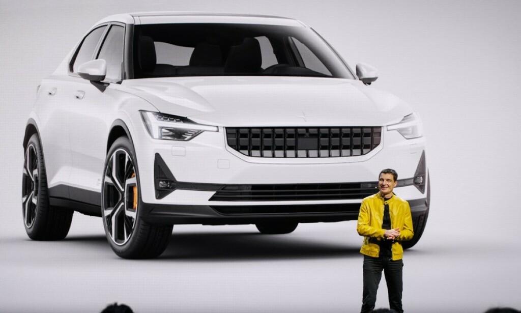 SØSTER: Tidligere designsjef i Volvo, Thomas Ingenlath, viste nylig fram søstermodellen Polestar 2. Den viser at designet fra konseptbilen 40.2 snart er klar for produksjon. Foto: Polestar
