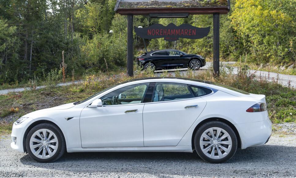 TESLA MED LENGRE REKKEVIDDE: Tesla Model S Long Range kan med sine 610 kilometer rekkevidde (WLTP) stille seg i forgrunnen for Jaguar I-Pace, som kun rekker 470 kilometer, ifølge WLTP. Foto: Jamieson Pothecary