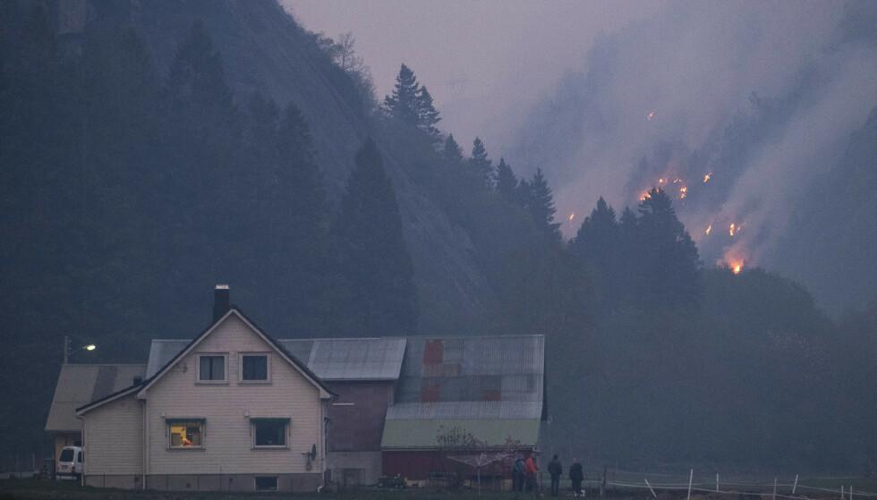 SOKNDAL: Tirsdag kveld fortsetter brannen i Sokndal i Rogaland å spre seg, og flere har blitt evakuert fra husene sine i området. Bildet er fra Åmot i Sokndal kommune. Foto: Tor Erik Schrøder/NTB Scanpix.