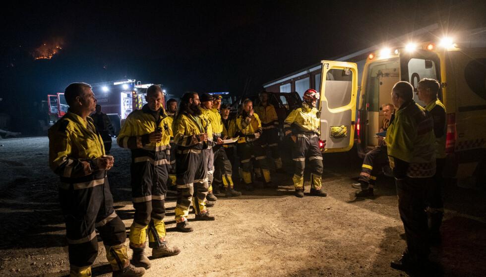 BRANNSLUKKING: Det brenner tirsdag kveld i fjellene ved Sokndal. Store styrker med hjelpemannskap, brann og politi samlert seg utover kvelden og natten. Foto: Tor Erik Schrøder/NTB Scanpix.