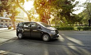 SOLCELLER: De 2.498 solcellene på taket og rundt bilen sørger for at bilen lades automatisk når den står parkert. Foto: Sono Motors