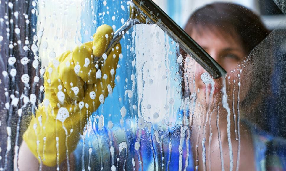 RIKTIG REDSKAP: Alle bør bruke nal når de vasker vinduet, mener ekspertene. Foto: NTB Scanpix.