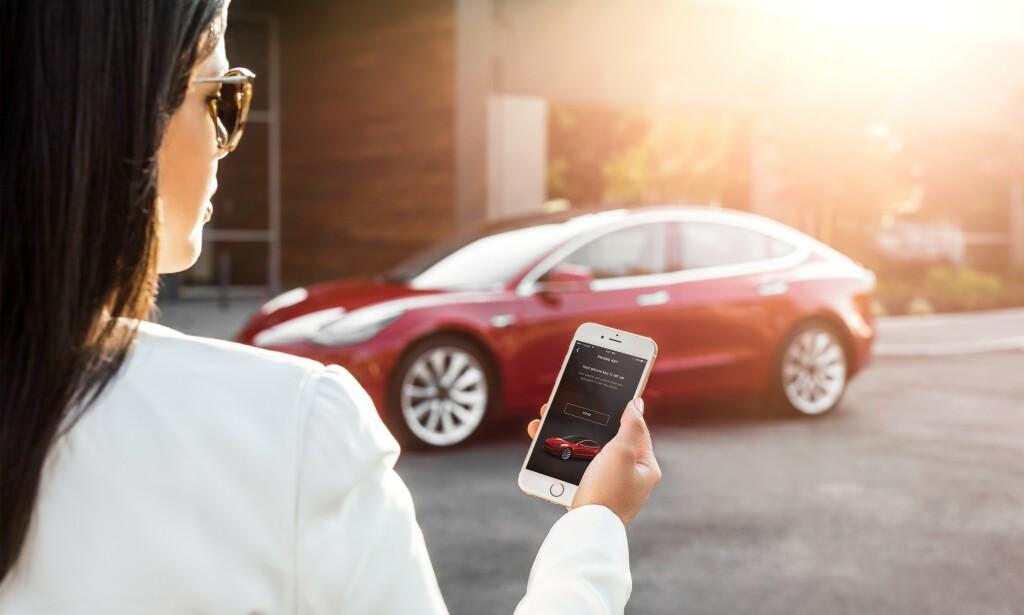 HELT UTEN NØKKEL: I Tesla Model 3 er dørlås og startknapp erstattet av en mobilnøkkel. Den kjenner igjen eieren på ti meters avstand og starter når giret tas ut av <i>park</i>. Foto: Tesla
