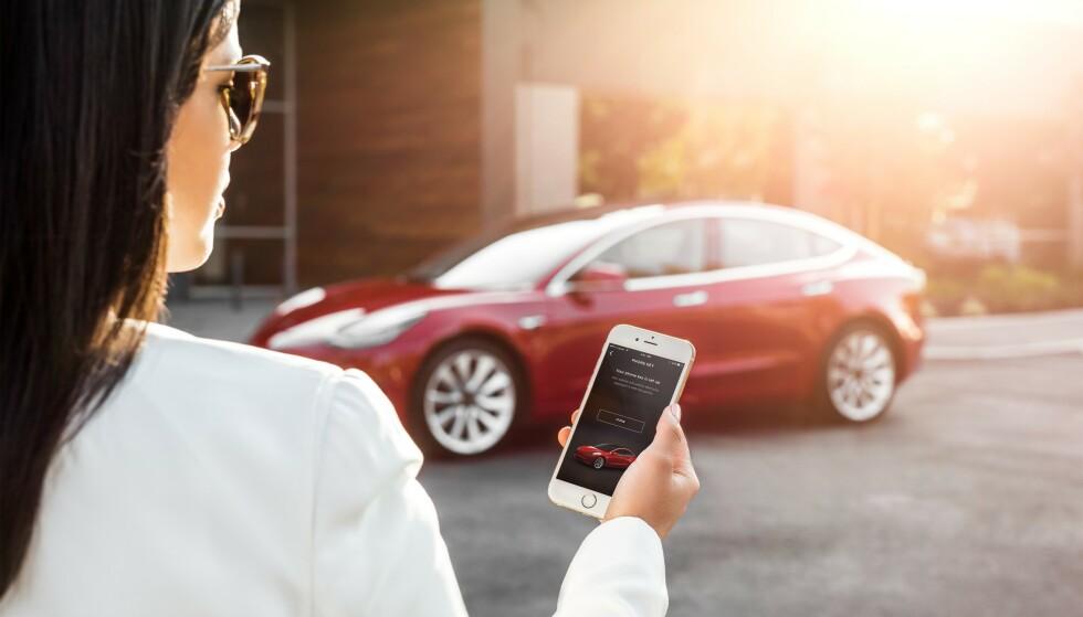 HELT UTEN NØKKEL: I Tesla Model 3 er dørlås og startknapp erstattet av en mobilnøkkel. Den kjenner igjen eieren på ti meters avstand og starter når giret tas ut av park. Foto: Tesla