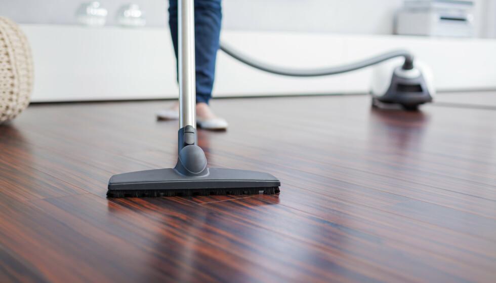 FREM MED STØVSUGEREN: Det er spesielt viktig å holde det rent hjemme under pollensesongen. Foto: Shutterstock