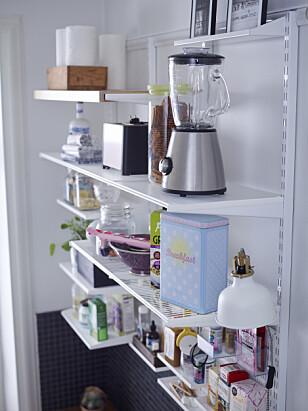 HYLLER PÅ KJØKKENET: Hyller i høyden sparer mye plass på kjøkkenet. Foto: Elfa.
