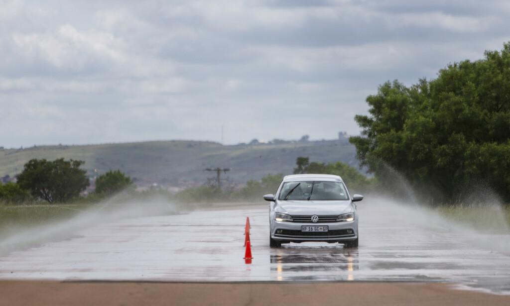 SKUMMEL VANNPLANING: Når dekkene vannplaner, begynner bilen å flyte på vannet og bilen blir umulig å kontrollere. Foto: Anton Reenpaa
