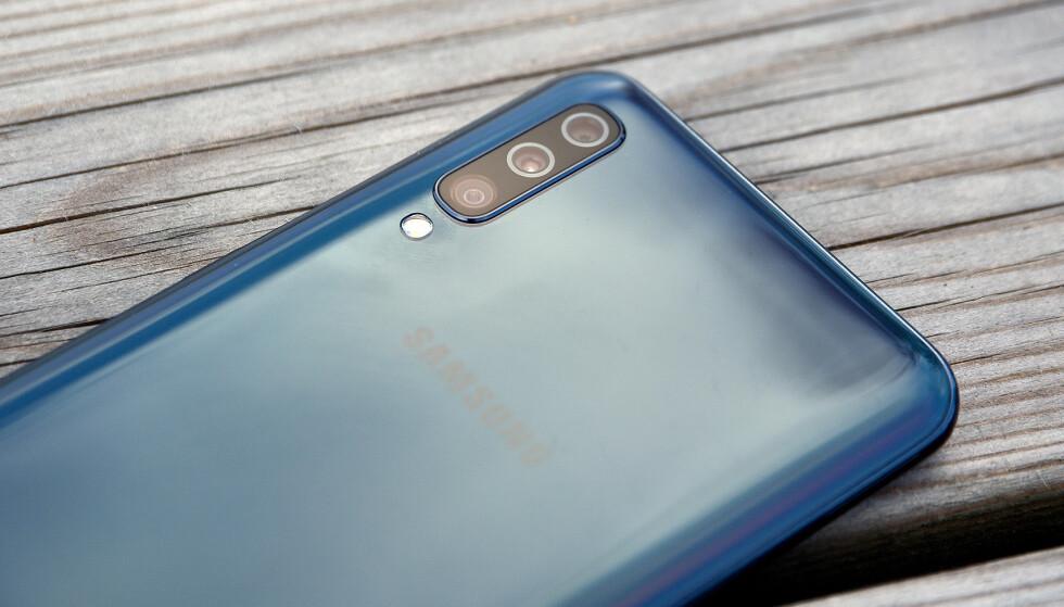 TRE BAK: Samsung A50 koster rundt 3.500 kroner i nettbutikkene og stiller med tre kameraer på baksiden. Foto: Pål Joakim Pollen