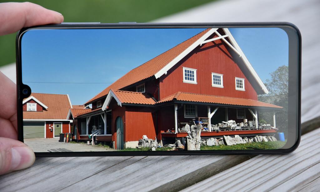 GOD SKJERM: Samsungs skjerm dekker store deler av den totale flaten og byr på sterke farger, god kontrast og dypt sortnivå. Foto: Pål Joakim Pollen