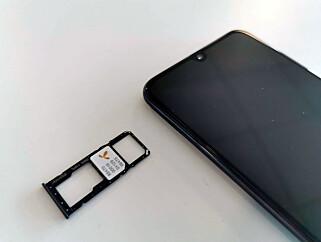 STOR SKUFF: På Samsung A50 kan du utvide lagringsplassen med et micro SD-minnekort og i tillegg ha plass til to SIM-kort. Foto: Pål Joakim Pollen