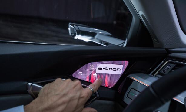PEK: Toucher du skjermen kommer det opp justeringsmuligheter. Herfra kan du også styre «speilet» på passasjersiden. Foto: Jamieson Pothecary