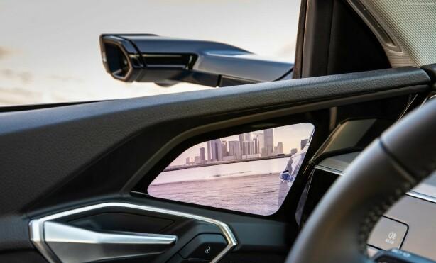 SE NED: Man mister litt av omgivelsene når man skal se ned i døra i stedet for ut gjennom vinduet. Foto: Audi.