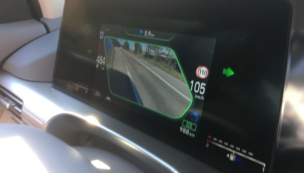 BLINDSONEASSISTENT: Hyundai Nexo har en smart løsning. Når du blinker under kjøring på motorvei eller ved forbikjøring ellers, viser dette bildet i displayet deg hele blindsonen du ikke kan se i speilene. Foto: Knut Moberg