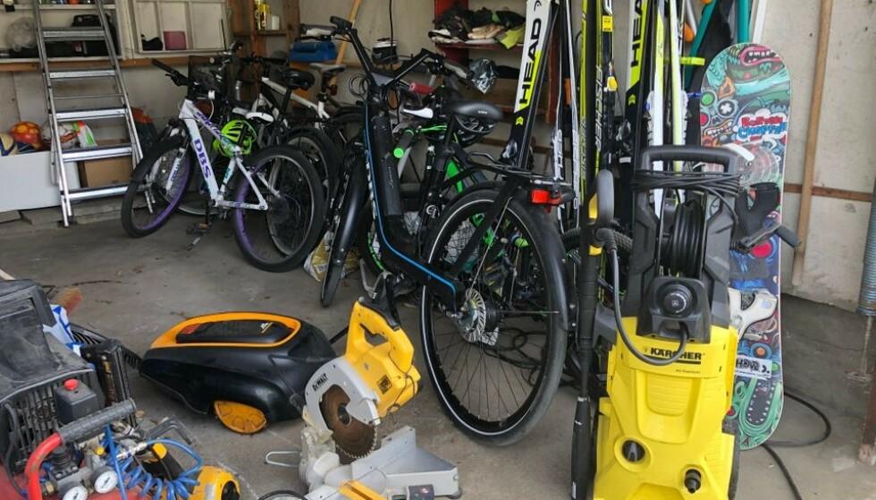 SKATTKISTE: Mange garasjer i Norge er fylt til randen av biler, sykler, ski, verktøy og andre ting tyver er svært interessert i. Derfor er det lurt å passe på at forsikringen dekker innbrudd i garasjen, samt ta noen forholdsregler. Foto: Codan Forsikring.