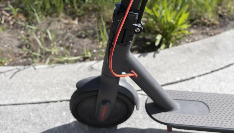 Det går i røde detaljer på E-wheels-sparkesykkelen. Foto: Martin Kynningsrud Størbu