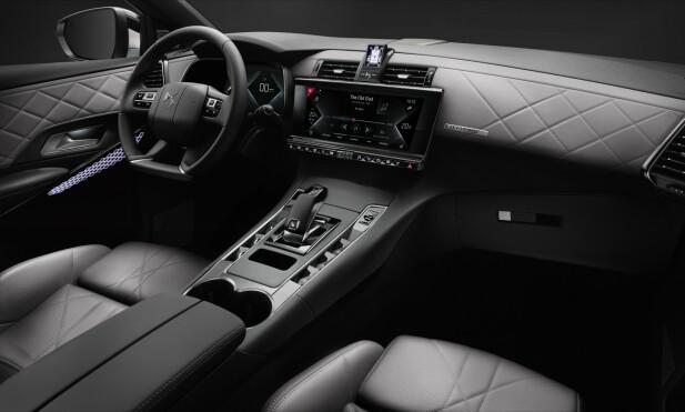 DS-STILEN: DS har utviklet en helt egen interiørdesign, som de (relativt få), som har kjørt biler av merket før, vil kjenne igjen umiddelbart. Det er forseggjort og gir utvilsomt en viss premium-følelse. Foto William Crozes