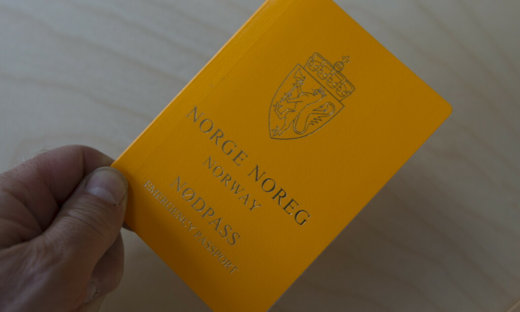 NØDPASS: Dagens nødpass er oransje og håndskrevne. Nå jobber derimot Politidirektoratet med helt nye nødpass. Foto: NTB Scanpix