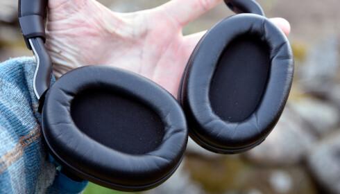 GOD PLASS: Klokkene på Jabra Elite 85h er relativt romslige med god plass til ørene på innsiden. Foto: Pål Joakim Pollen