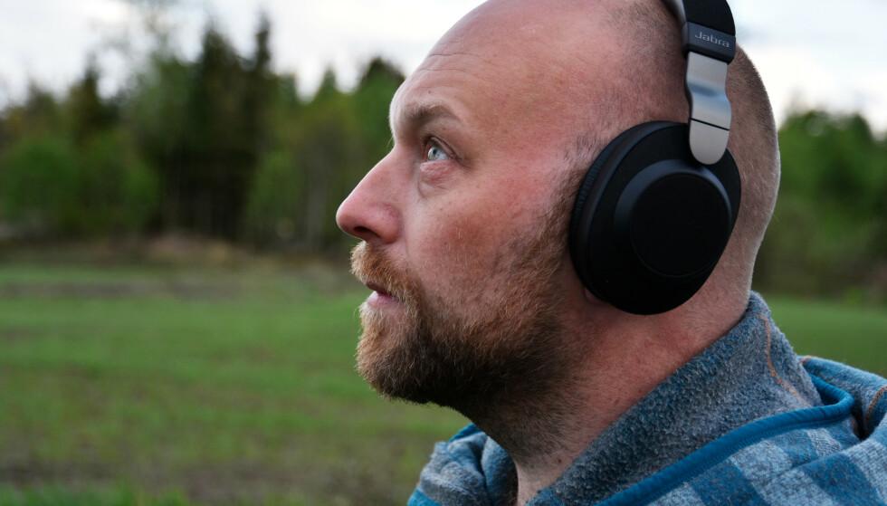 MEGET GODE: Jabra Elite 85h leverer meget bra både på lydkvalitet og støyreduksjon. Foto: Pål Joakim Pollen (med selvutløser)