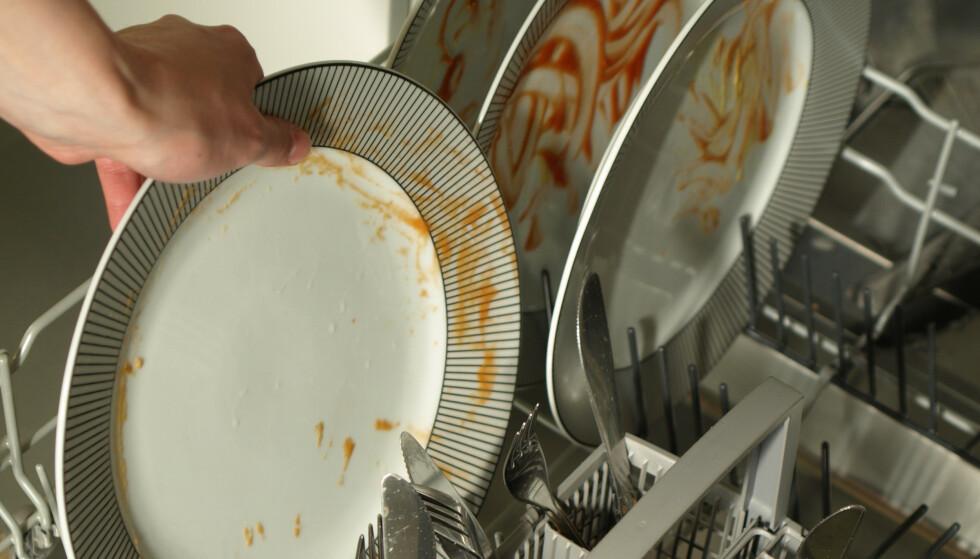 UNNGÅ HURTIGPROGRAM: Mange av oss bruker hurtigprogram på oppvaskmaskinen oftere enn andre program, men det kan føre til en stinkende maskin og en skitten oppvask. Foto: NTB Scanpix.