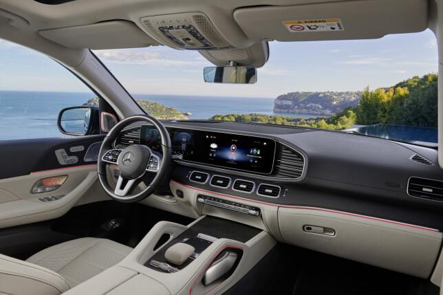 GEDIGENT INTERIØR: Også innvendig er det tydelig at dette er S-klassenivå. Instrumenter og multimedia-skjerm er integrert som to 12,3-tommers berøringsskjermer side om side. Legg merke til de to håndtakene på den brede midtkonsollen, som trekker tankene mot rendyrkede terrengbiler. Foto: Daimler AG