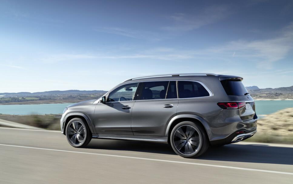 GIGANTISME: Etter europeisk målestokk blir nye Mercedes-Benz, som vokser med ytterligere 7,7 centimeter i lengden i forhold til utgående generasjon, en kjempesvær bil. Med tre helelektriske seterader og mulighet for å laste 2,4 kubikkmeter bagasje slår den til og med nye BMW X7 på størrelse. Foto: Daimler