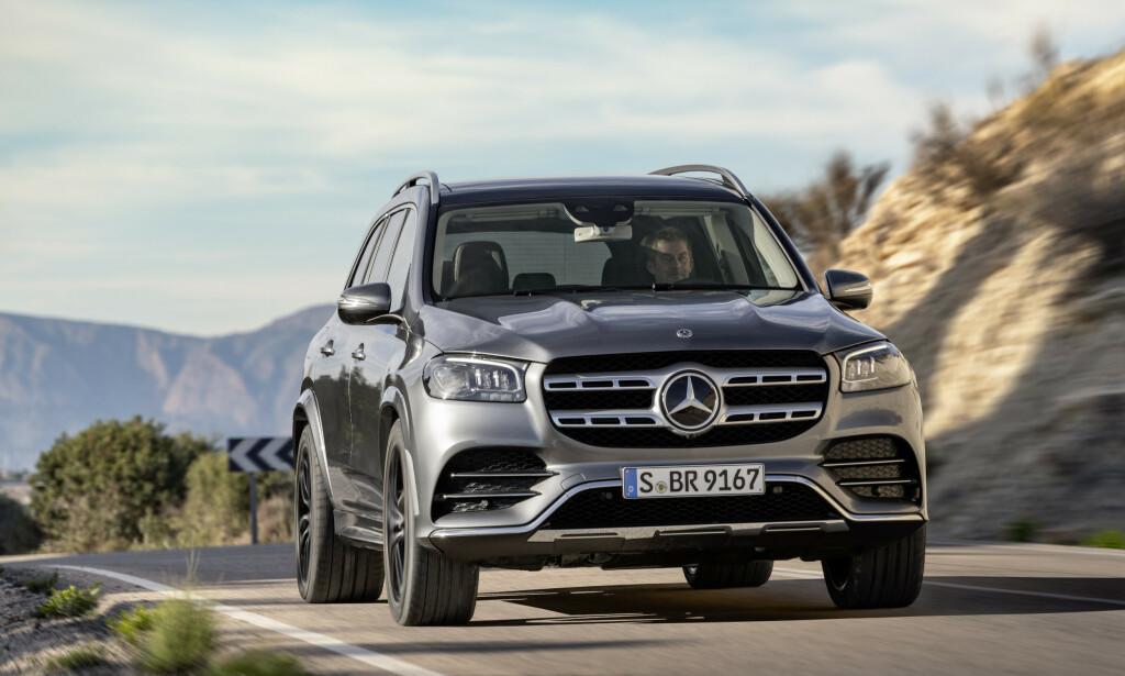 KRAFTKAR: Det er med en enda større bil og med oppdatert design, men i samme ånd som tidligere, Mercedes GLS satser på å bli ny konge på veien. Foto: Daimler AG