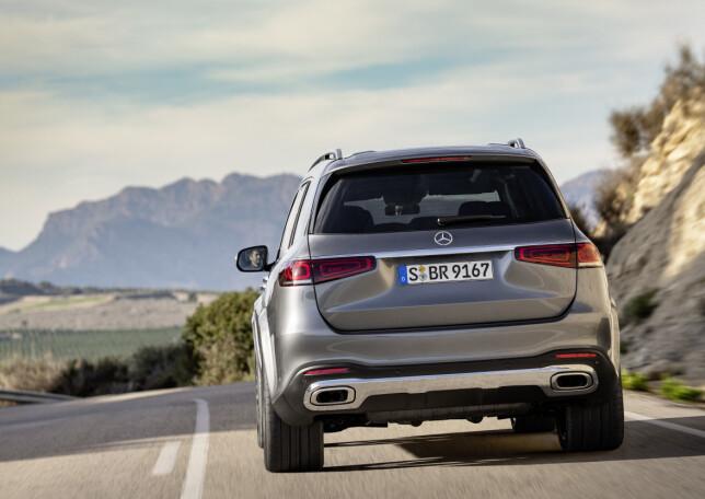 GODT PLANTET: Bilen er høyreist, men bredbent og burde oppleves stabil på veien. Foto: Daimler AG