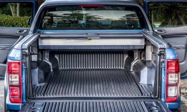MYE UTSTYR: Man kan i prinsippet bare bestille metallic lakk, låsbare hjulmutre, vinterdekk og dieselvarmer. Alt annet er standard. Det gjelder også tildekkingen av planet. Raptor fås kun i firedørs versjon. Foto: Ford
