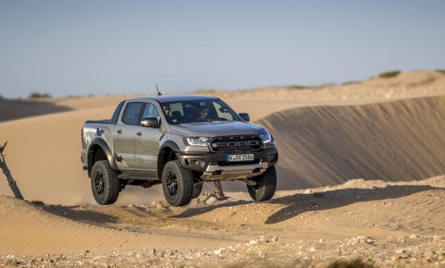 HARDCORE: Det gis ikke hoppgaranti på Ranger Raptor, men sjansen bød seg likevel på lanseringen. Foto: Ford