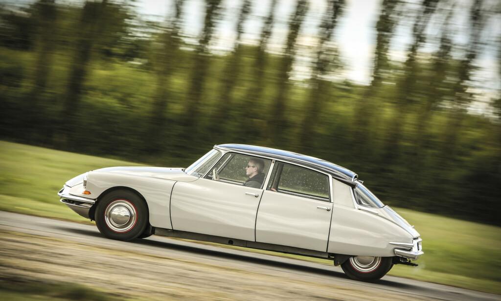 SJOKKERTE: Da DS19 kom i 1955, sjokkerte den en hel bilverden. Løsninger og materialvalg var helt annerledes enn det folk var vant til på den tiden. Foto: Tony Baker