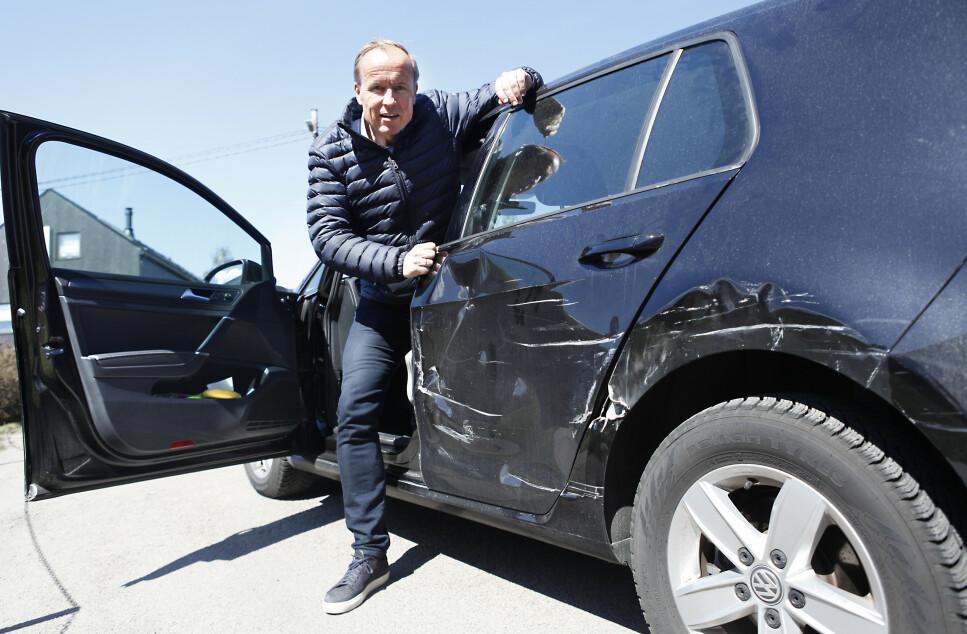 <strong>FIKK BULKET BILEN:</strong> Lars Gulbrandsen (52) ble påkjørt fra siden, da trafikken var nærmest stillestående, på «den store bulkedagen», i påska. Sjåføren? Jo, det var en mann. Foto: Øystein B. Fossum