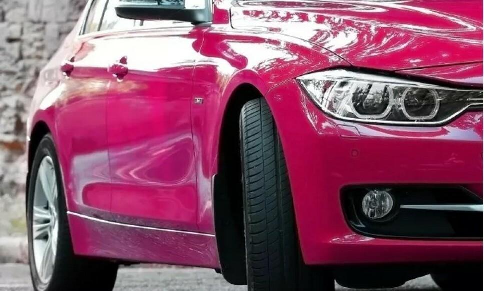 GÅR FORBI: De fleste bruktbilkundene går forbi biler med en slik farge, viser undersøkelsen. Det påvirker bruktbilprisen negativt. Foto: KVD