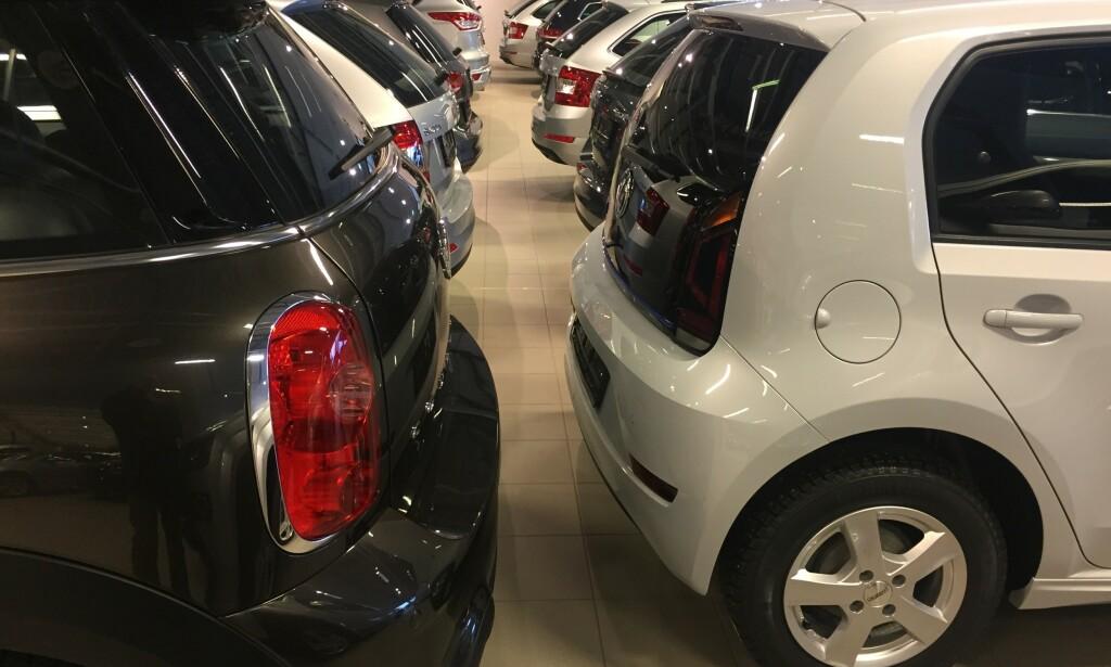 GRÅTT ER FLOTT: Slik ser det ofte ut i norske bruktbil-butikker. Grått er imidlertid en enkel farge å selge videre. Det gir en bra pris. Foto: Rune Korsvoll