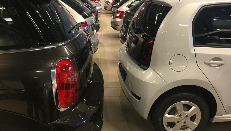 <strong>GRÅTT ER FLOTT:</strong> Slik ser det ofte ut i norske bruktbil-butikker. Grått er imidlertid en enkel farge å selge videre. Det gir en bra pris. Foto: Rune Korsvoll