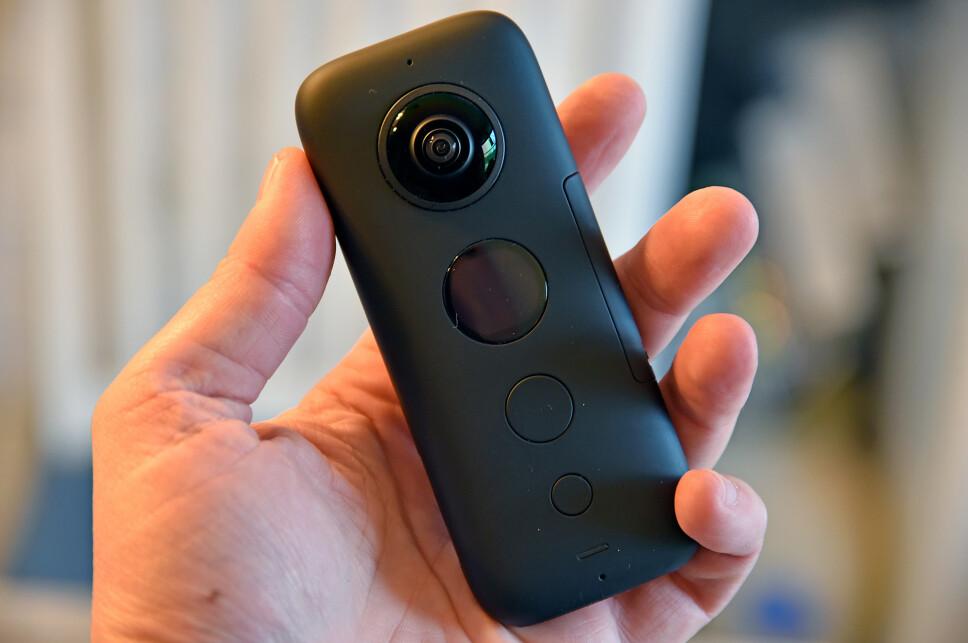 <strong>HENDIG STØRRELSE:</strong> Insta360 One X har ett objektiv på hver side og fanger alt rundt deg på video. Foto: Pål Joakim Pollen