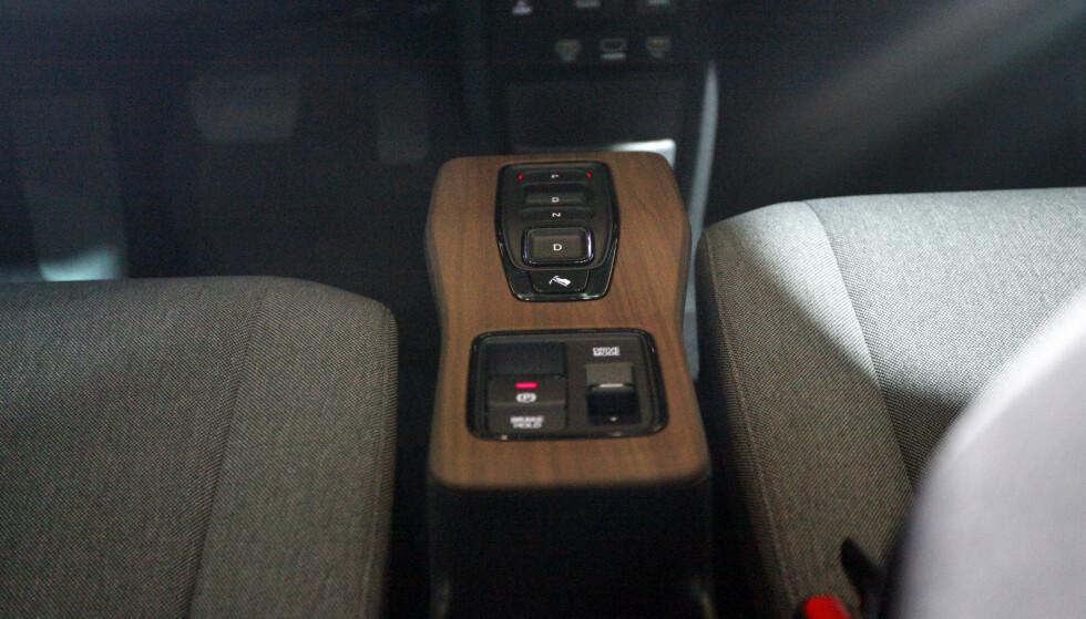 IMITERT TREVERK: Minimalistisk midtkonsoll, med «gir-kasse», kjøremodusvelger og håndbrekk. Foto: Øystein B. Fossum