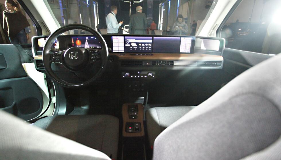 STOR SKJERM: Imitert treverk og en lang flate med skjermer. Dette vil ifølge Honda beholdes i bilen. Foto: Øystein B. Fossum