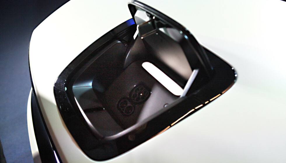 HER ER JEG! Ladeluka er plassert midt på fronten, svart og godt synlig. Hadde det vært penere i hvitt? Foto: Øystein B. Fossum