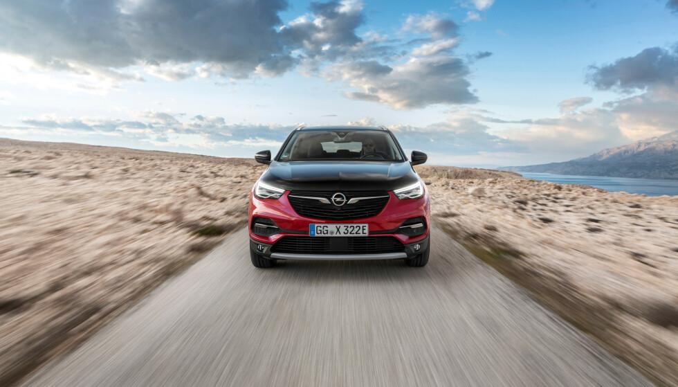 NYSATSING: I regi av General Motors hadde Opel ganske tidlig en ladbar hybrid på markedet - den kompakte familiebilen Ampera. Nå er temaet akutelt igjen, denne gang med nye eiere og en annen type bil: Det er folkesuven Grandland X som skal elektrifiseres denne gangen. Foto: Opel