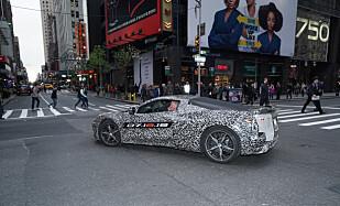 PR-STUNT: Nye Chevrolet Corvette vises første gang 18. juli, men nylig var bilen på en test-tur i New York. Det er Ikke et sted å kjøre, dersom GM ønsker at bilen skal være hemmelig. Foto: GM