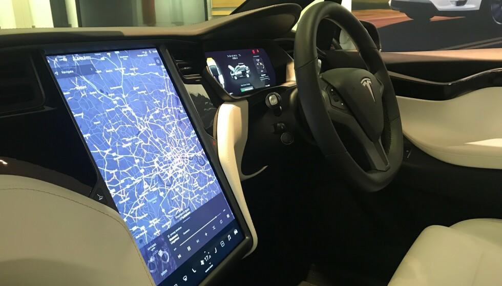 TEKNIKK: Moderne teknologi på elbilene og Tesla (Model 3), som for eksempel elektriske duppeditter, er mye av årsaken til barnesykdommene. Foto: Øystein B. Fossum