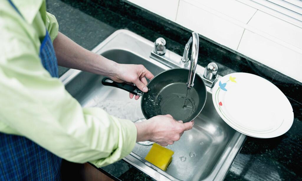VASK AV STEKEPANNE: Lang levetid på panner og gryter krever riktig vask og vedlikehold. Tipsene får du under. Foto: Panthermedia.