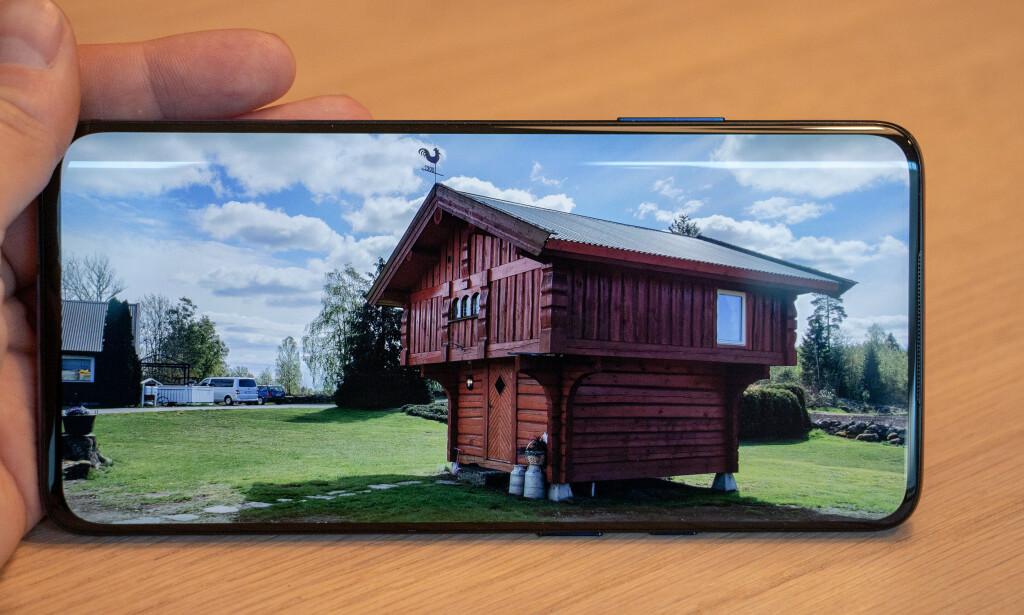 SVÆRT GOD: AMOLED-skjermen på OnePlus 7 Pro byr på svært god bildekvalitet, og strekker seg praktisk talt ut i alle kanter av telefonen – uten busslomme. Foto: Pål Joakim Pollen