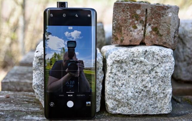SKYVES OPP: Når du bytter til frontkameraet, starter Snapchat eller hva det måtte være, stiger frontkameraet opp fra resten av telefonen. Foto: Pål Joakim Pollen